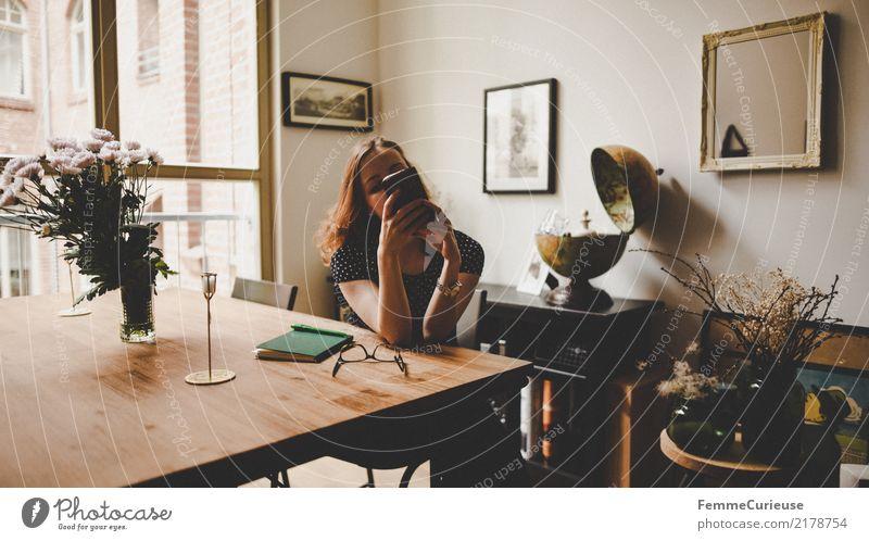 Home_09 Mensch Frau Jugendliche Junge Frau Fenster 18-30 Jahre Erwachsene Lifestyle feminin Stil hell Wohnung Zufriedenheit Häusliches Leben