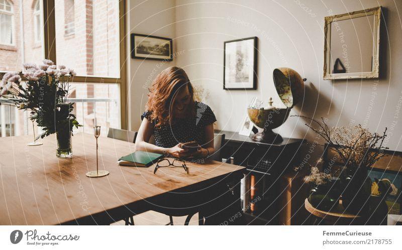 Home_12 Lifestyle Stil feminin Junge Frau Jugendliche Erwachsene Mensch 18-30 Jahre 30-45 Jahre Häusliches Leben Wohnzimmer Loft hell Holztisch Blumenstrauß