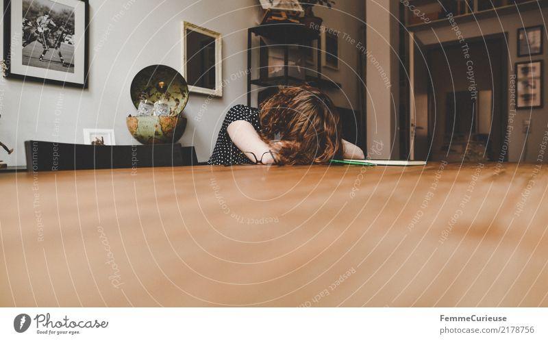 Home_35 feminin Junge Frau Jugendliche Erwachsene 1 Mensch 18-30 Jahre 30-45 Jahre Ärger Trauer Erschöpfung Traurigkeit Liebeskummer Tischplatte Übermüdung
