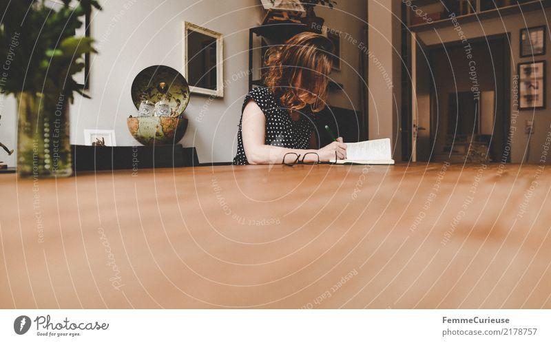 Home_07 feminin Junge Frau Jugendliche Erwachsene 1 Mensch 18-30 Jahre 30-45 Jahre Gelassenheit Häusliches Leben Locken Holztisch Wohnzimmer gemütlich schreiben