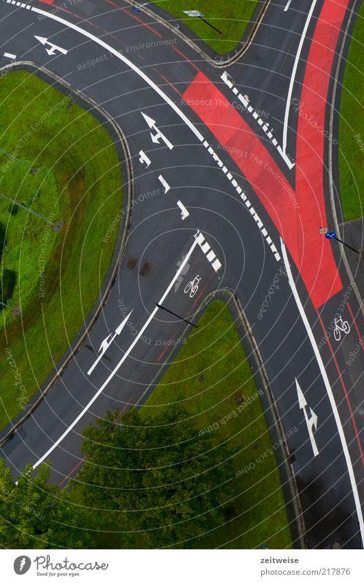 geregelt Menschenleer Verkehr Verkehrswege Straßenverkehr Straßenkreuzung Verkehrszeichen Verkehrsschild grau grün rot Fahrradweg Pfeil Spurwechsel Wiese