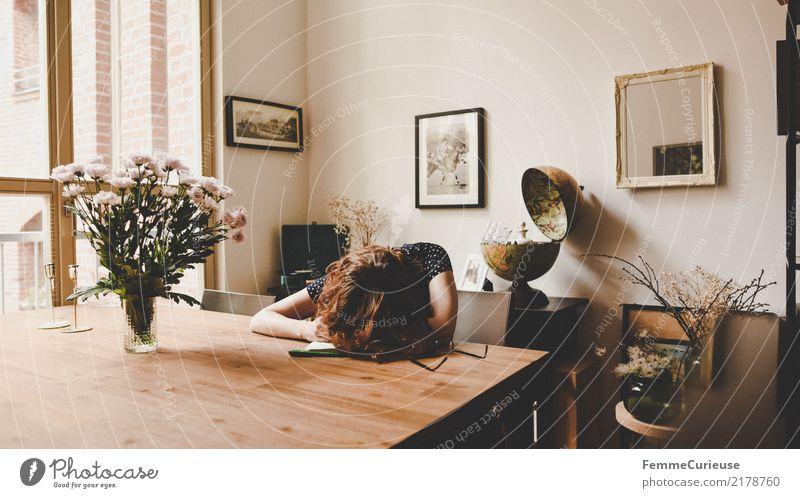 Home_43 feminin Junge Frau Jugendliche Erwachsene 1 Mensch 18-30 Jahre 30-45 Jahre Häusliches Leben Müdigkeit Nap Mittagsschlaf Tischplatte Holztisch Brille