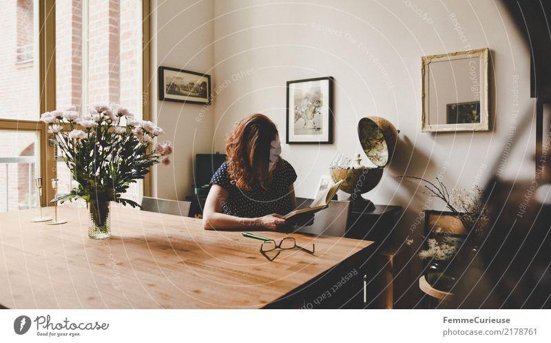 Home_03 Mensch Frau Jugendliche Junge Frau Blume Fenster 18-30 Jahre Erwachsene Lifestyle feminin Stil hell Wohnung Häusliches Leben sitzen Buch