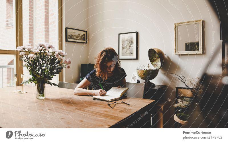Home_30 Lifestyle Stil Design feminin Junge Frau Jugendliche Erwachsene 1 Mensch 18-30 Jahre 30-45 Jahre Häusliches Leben gemütlich schreiben Notizbuch Locken