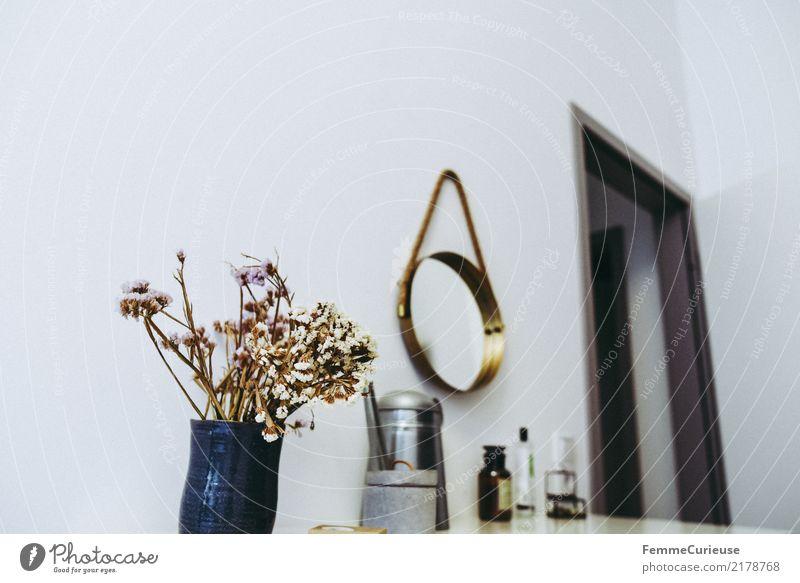 Home_13 Lifestyle Stil Design Häusliches Leben Schlafzimmer Spiegel Blume Blumenstrauß getrocknet Trockenblume Gießkanne Dekoration & Verzierung Kosmetik Duft