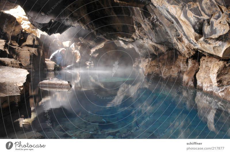 Damenbad Mensch blau Wasser ruhig Felsen ästhetisch geheimnisvoll Klarheit tief heiß türkis harmonisch Island Wasseroberfläche spritzen Höhle