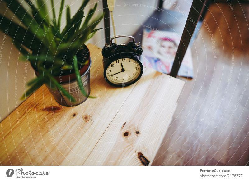 Home_05 Topfpflanze Häusliches Leben Aloe Wecker Blumentopf Holztisch Frauenzeitschrift Schlafzimmer Dekoration & Verzierung wohnlich Farbfoto Innenaufnahme