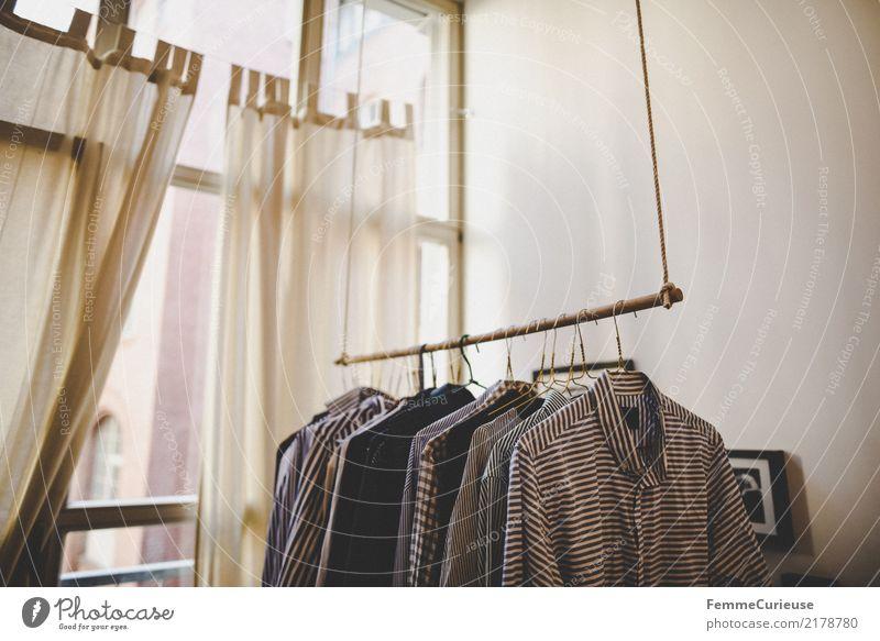 Home_30 Mode Bekleidung Häusliches Leben Herrenmode Kleiderständer Kleiderbügel Hemd gestreift Loft Fenster Vorhang Schlafzimmer aufhängen Wand Ordnungsliebe