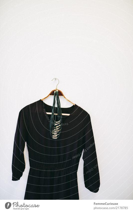 Home_25 Lifestyle elegant Stil Design Kreativität Mode feminin Kleiderbügel Wand aufhängen Halskette Accessoire schwarz Holzbügel weiß Dekoration & Verzierung