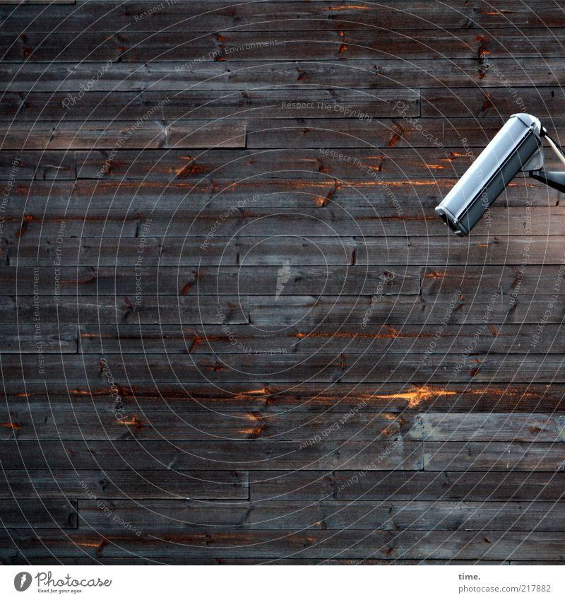 [H10.1] - Der eindimensionale Blick Wand Holzbrett Holzwand Wandtäfelung braun Haus Außenaufnahme Videokamera Überwachung Gehäuse Maserung Verschalung