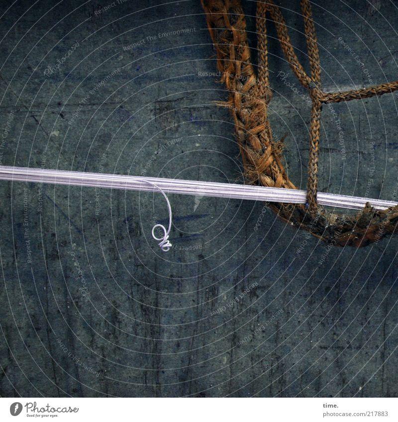[HH10.1] - Wird schon zu was gut sein alt blau dunkel Wand Hintergrundbild Seil Netzwerk Kabel kaputt Stoff festhalten Schnur Kunststoff Leitung Gleichgewicht