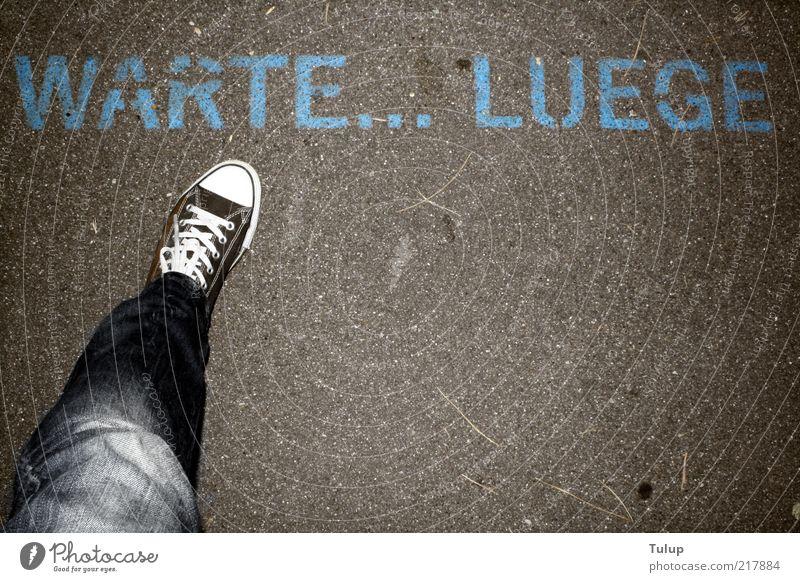 Warten auf die nächste Lüge Mensch Erwachsene Beine Fuß gehen warten Schriftzeichen Jeanshose Asphalt Chucks lügen Fußgänger