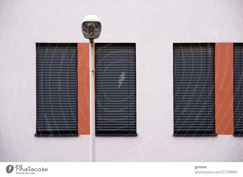 Straßenbeleuchtung vor Wohnhaus Design Haus Gebäude Architektur Fassade Fenster Jalousie eckig einfach modern Geometrie Moderne Architektur Metallfenster