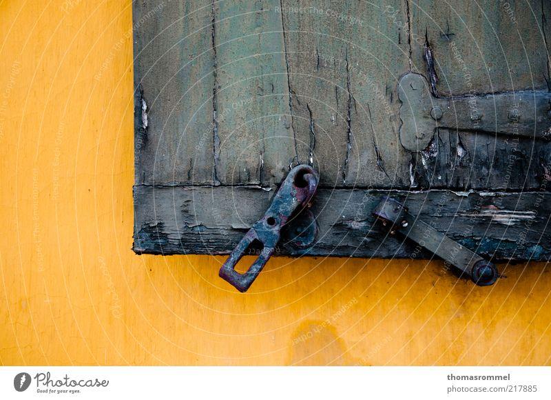 alt blau Ferien & Urlaub & Reisen Farbe gelb Fenster Holz Architektur Stimmung Deutschland Kraft Fassade Europa Wandel & Veränderung Vertrauen Gelassenheit