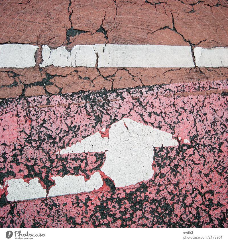 Gegen die Wand Straße Fahrradweg Fahrbahnmarkierung Straßenrand Zeichen alt kaputt rot Misserfolg Schwäche Verfall Vergänglichkeit Zerstörung Zahn der Zeit