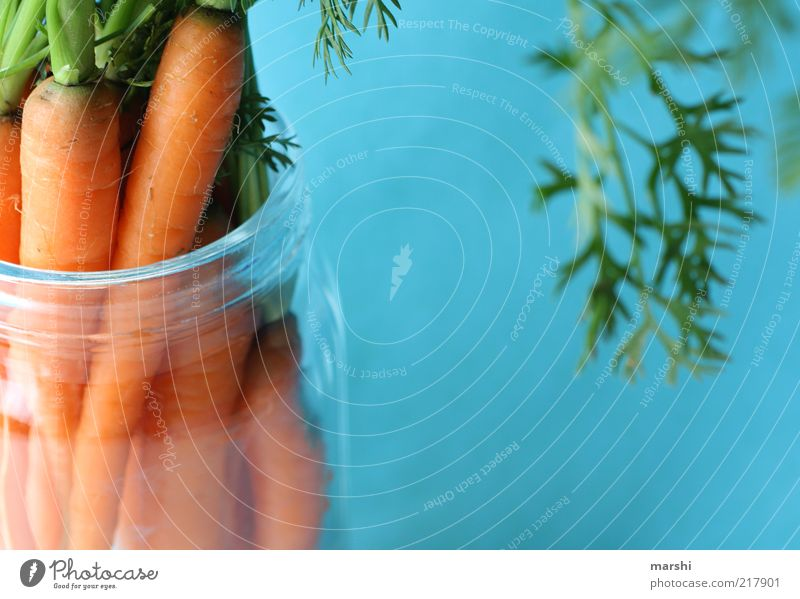 Möhrchen Lebensmittel Gemüse Ernährung Bioprodukte Vegetarische Ernährung blau grün orange Grünpflanze Glas Behälter u. Gefäße Möhre Farbfoto Menschenleer