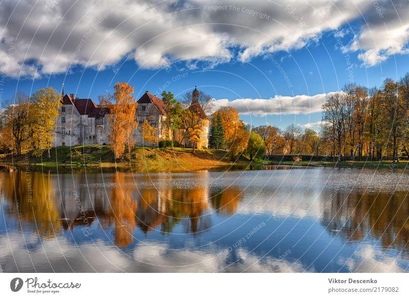 Altes Schloss durch den See im Herbst schön Ferien & Urlaub & Reisen Tourismus Insel Winter Kultur Natur Landschaft Himmel Baum Teich Burg oder Schloss Brücke