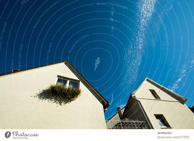 Giebel Himmel Wolken Haus Fenster Wand Architektur Gebäude Mauer geschlossen Fassade Dach Bauwerk Dorf Schönes Wetter aufwärts Blauer Himmel