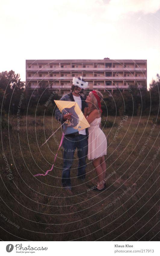 AND LET YOUR KITES RISE : Mensch Jugendliche schön Freude Wiese lachen Paar Freundschaft lustig Zusammensein blond stehen Bekleidung Romantik Maske