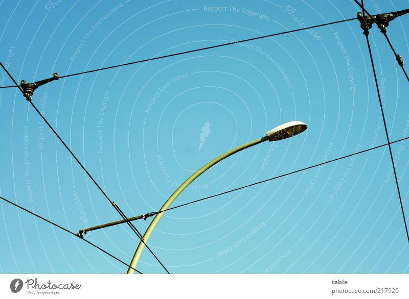 Stromlinien Himmel blau Energiewirtschaft Elektrizität Netzwerk Kabel Laterne hängen Schönes Wetter Straßenbeleuchtung Vernetzung Blauer Himmel Perspektive Oberleitung Laternenpfahl netzartig