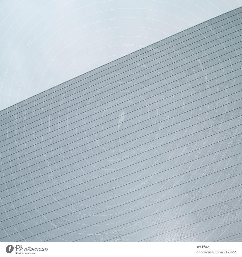Innerlich tobt er Himmel blau Wand grau Mauer Linie Fassade ästhetisch trist einfach positiv graphisch abstrakt Norwegen hell-blau Wolkenloser Himmel