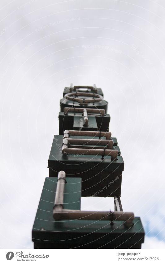 leuchtturm Gastronomie Himmel Wolken Glas Metall Schriftzeichen eckig retro grau ruhig Dienstleistungsgewerbe Außenaufnahme Nahaufnahme Detailaufnahme Kontrast