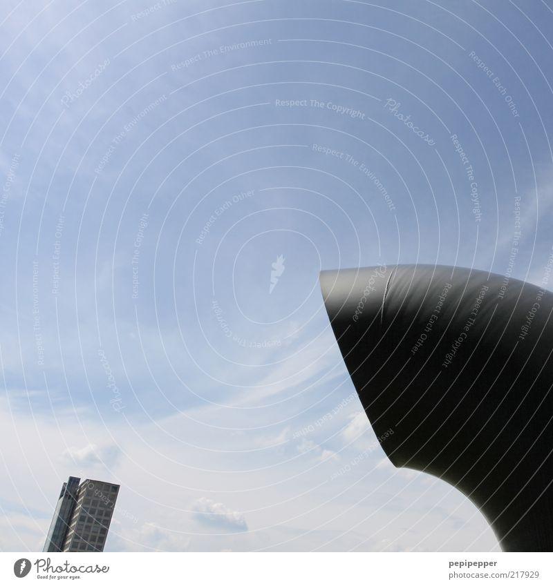 riesensauger Himmel Sommer Wolken Haus Gebäude Luft Wind Kraft Fassade Beton Hochhaus außergewöhnlich Geldinstitut Bankgebäude Bauwerk Symbole & Metaphern