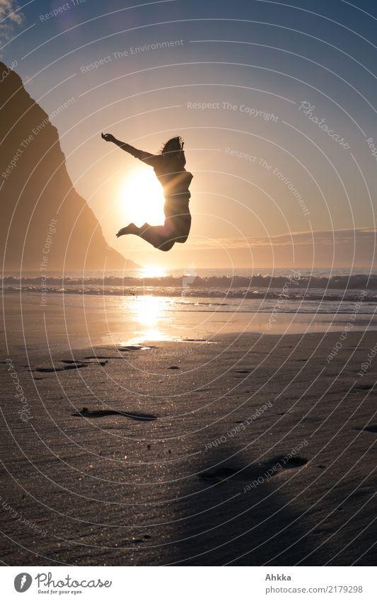 Lebensfreude, Sprung in die Sonne am Meer, Lofoten, Sommer Wohlgefühl Zufriedenheit Erholung ruhig Meditation Abenteuer Freiheit Strand Junge Frau Jugendliche