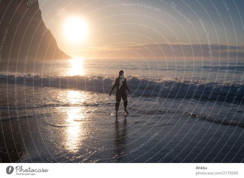 Junge Frau im Nordmeer im Sonnenuntergang Natur Ferien & Urlaub & Reisen Jugendliche Meer Erholung Strand Glück Stimmung Felsen Zufriedenheit wild Horizont