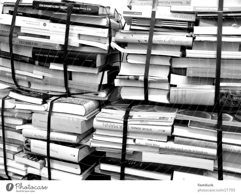 abgepacktes Wissen Buchmesse Frankfurt am Main Roman Stapel Bibliothek Auswahl Schwarzweißfoto Buchladen Literatur