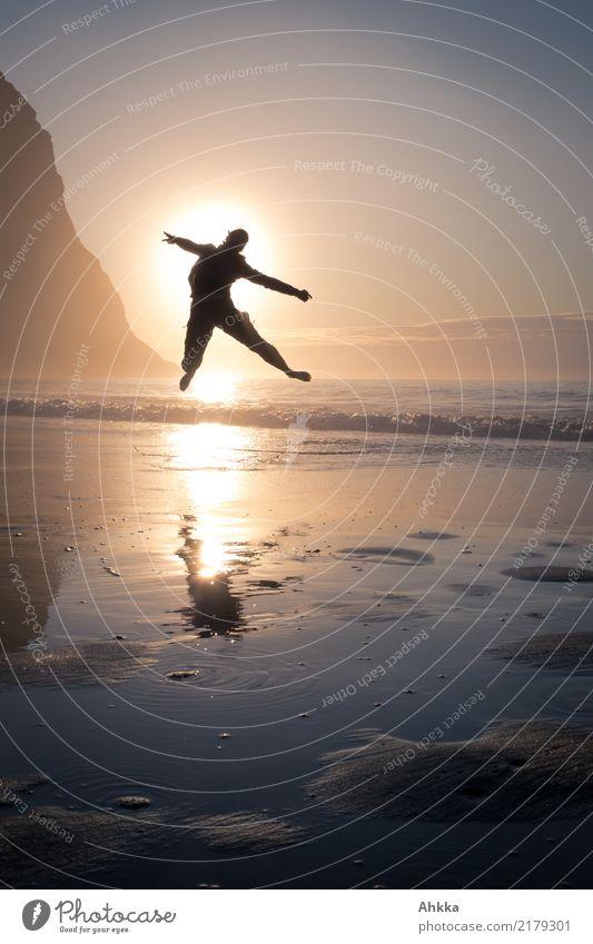 Junge Frau springt in den Sonnenuntergang am Polarmeer Freude Gesundheit sportlich Fitness Leben Wohlgefühl Zufriedenheit Ferien & Urlaub & Reisen Ausflug