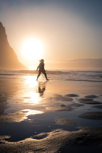 Strand, Polarmeer, Sonnenuntergang, Spiegelung, junge Frau Natur Ferien & Urlaub & Reisen Jugendliche Junge Frau Meer Erholung ruhig Freude Küste Felsen