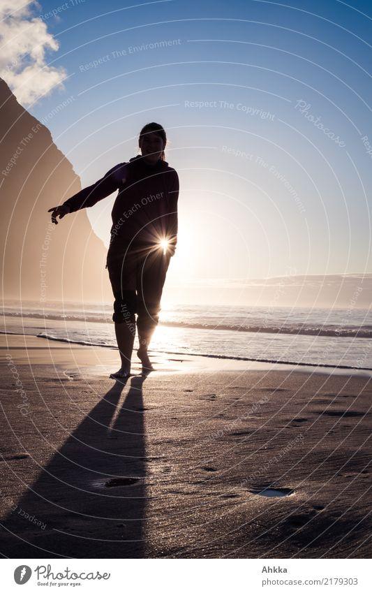 Die Sonne unterm Arm tragen harmonisch Zufriedenheit Sinnesorgane Erholung ruhig Strand Meer Berge u. Gebirge Junge Frau Jugendliche Natur Urelemente leuchten