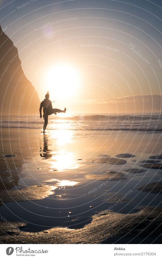 Junge Frau spaziert am Strand vor dem Sonnenuntergang sportlich Fitness Leben harmonisch Wohlgefühl Sinnesorgane Meditation Ferien & Urlaub & Reisen Abenteuer