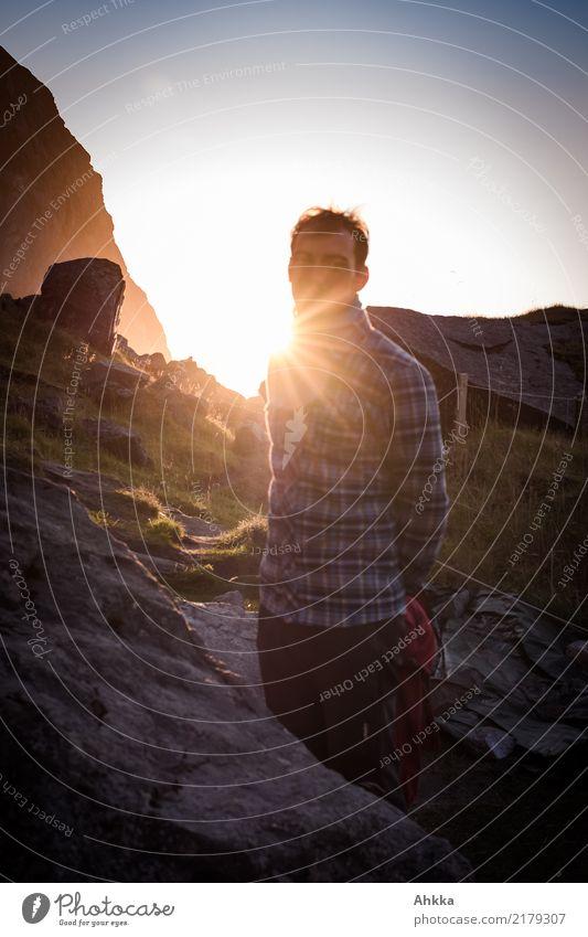 Junger Mann mit Holzfällerhemd im Sonnenuntergang in Norwegen harmonisch Wohlgefühl Sinnesorgane ruhig Ferien & Urlaub & Reisen Abenteuer Ferne Freiheit Sommer