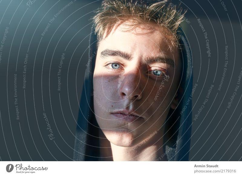 Porträt eines Jugendlichen mit Hoodie und Sonnenstreifen im Gesicht Lifestyle Stil schön Gefühle Gelassenheit ruhig Mensch maskulin Junger Mann Auge 1