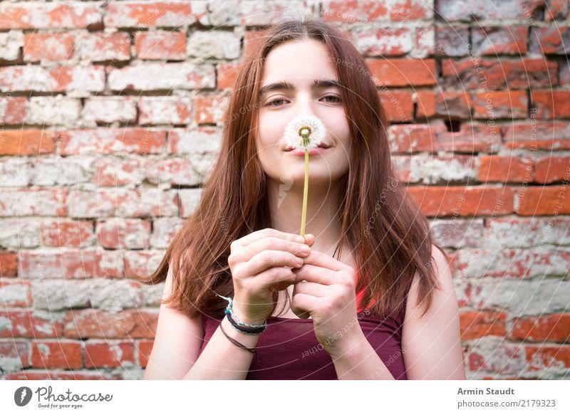 Pusteblume Frau Mensch Natur Jugendliche Junge Frau schön Erholung Freude Erwachsene Leben Lifestyle Gesundheit feminin Stil Glück Zufriedenheit