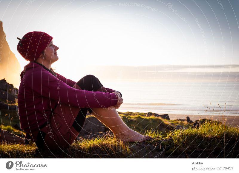 Junge Frau entspannt am Meer Natur Ferien & Urlaub & Reisen Jugendliche Landschaft Erholung ruhig Ferne Leben Küste Glück Stimmung Zufriedenheit Horizont Idylle