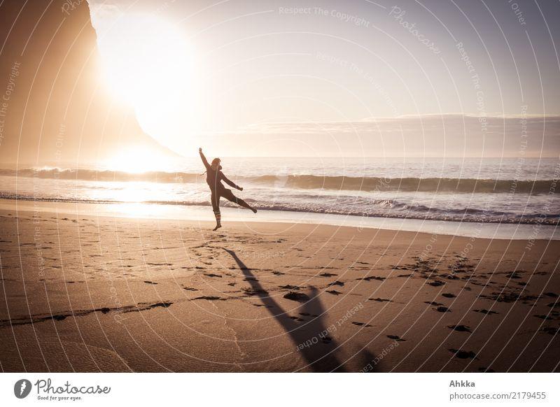 Spaß und Sport am Nordmeerstrand Natur Jugendliche Junge Frau Sonne Meer Freude Strand Leben Gesundheit Glück Spielen Zufriedenheit springen Wellen Fröhlichkeit
