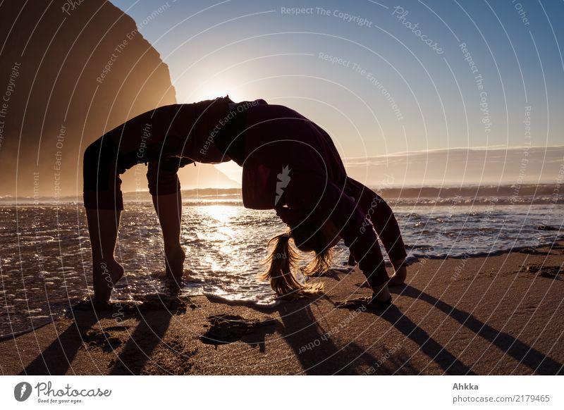 Wasser-Land-Brücke, Junge Frau turnt am Polarmeer sportlich Fitness Leben harmonisch Wohlgefühl Ausflug Abenteuer Sport-Training Wassersport Sportler
