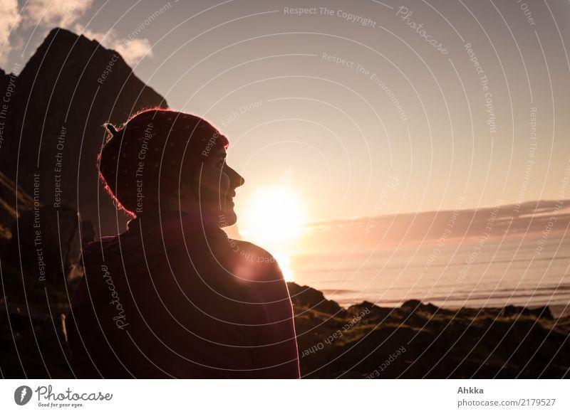Junge Frau genießt Sonnenuntergang auf den Lofoten Natur Jugendliche Meer Erholung ruhig Berge u. Gebirge Leben Küste Glück Stimmung Zufriedenheit Horizont