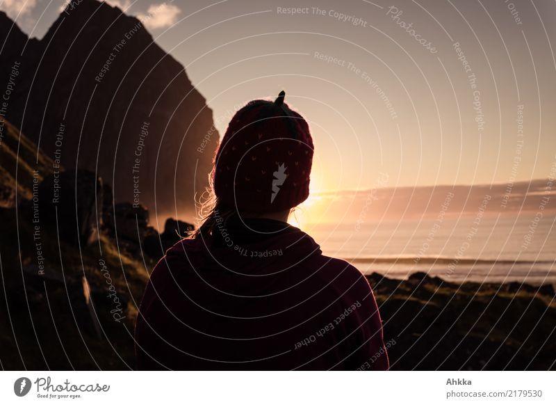 Junge Frau mit Erdbeermütze genießt Sonnenuntergang, Lofoten harmonisch Sinnesorgane Erholung ruhig Meditation Ferien & Urlaub & Reisen Ferne Jugendliche 1