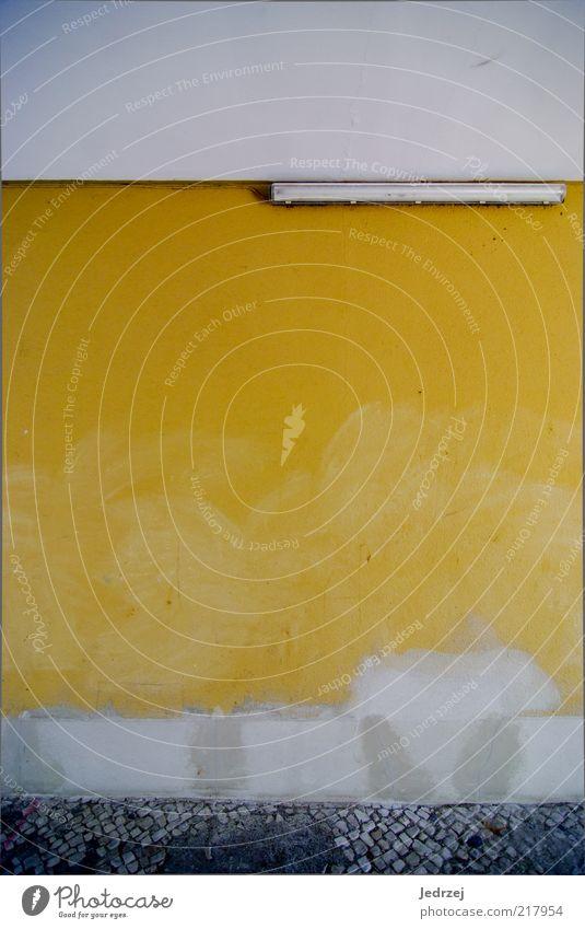Gelb gefleckt alt weiß Einsamkeit gelb Wand Farbstoff Gebäude Mauer grau Lampe Deutschland dreckig gold Europa Armut kaputt