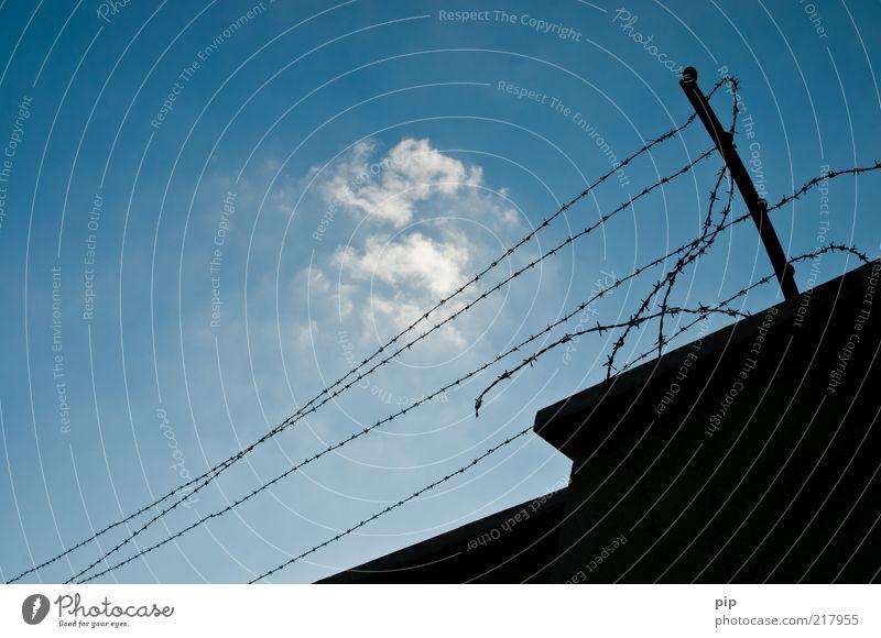 frei?! alt Himmel blau schwarz Wolken Wand Freiheit Traurigkeit Mauer Metall Angst hoch Hoffnung bedrohlich Spitze gruselig