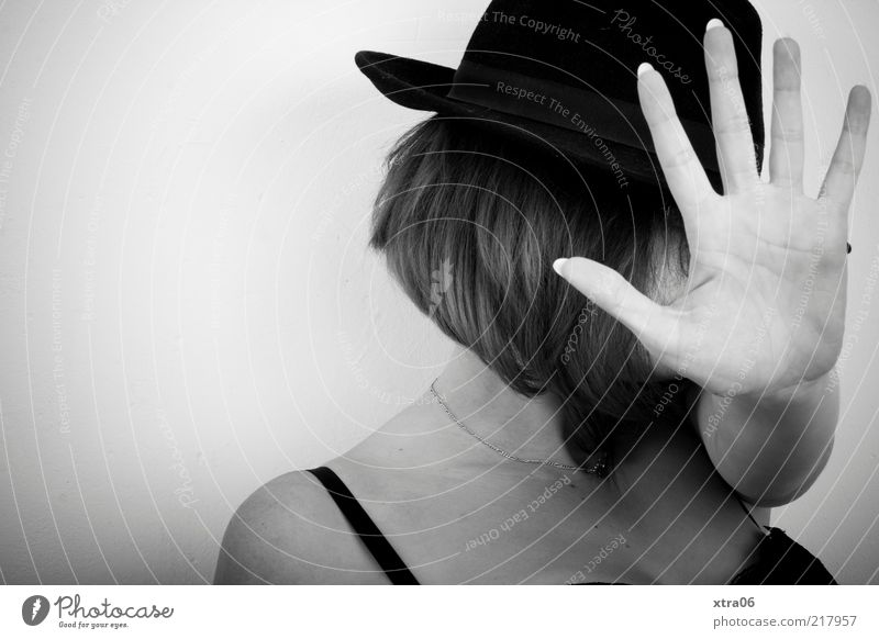 stop... Mensch feminin Junge Frau Jugendliche Erwachsene Haut Kopf Haare & Frisuren Hand Finger 1 18-30 Jahre ästhetisch Hut Schwarzweißfoto Innenaufnahme