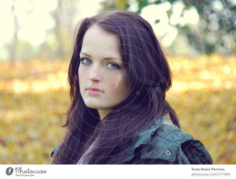 skeptisch. Mensch Jugendliche schön Gesicht Erwachsene Herbst feminin Haare & Frisuren elegant warten Coolness 18-30 Jahre Junge Frau beobachten Jacke brünett