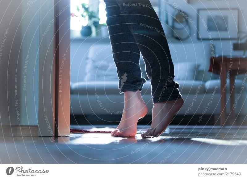 Schleichend feminin Frau Erwachsene Beine Fuß 1 Mensch 18-30 Jahre Jugendliche laufen schleichen Barfuß Hose Haut Staub Nebel Wärme geheimnisvoll Farbfoto