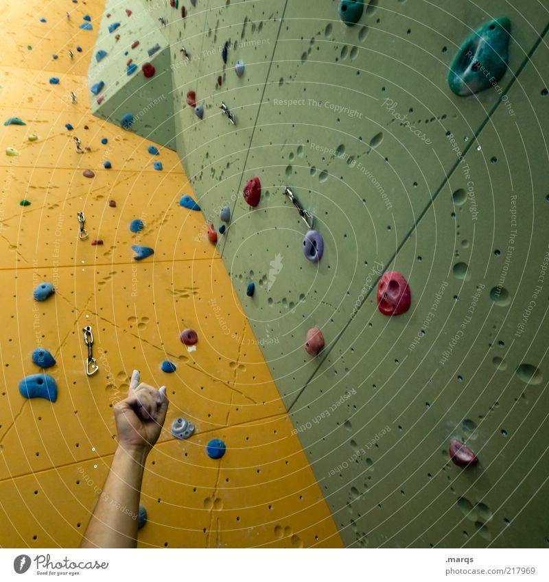 Challenge grün gelb Sport Arme hoch Perspektive Freizeit & Hobby aufwärts Mensch eckig Aufgabe herausfordernd richtungweisend Sportstätten Kletterwand Kletterhilfe