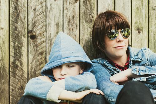 Junge, Junge Mensch Erholung Erwachsene Leben Liebe Familie & Verwandtschaft Garten Zusammensein Freizeit & Hobby Kindheit sitzen authentisch Lächeln Coolness