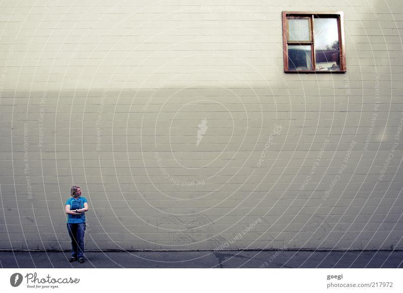 jealous Mensch Frau Erwachsene 1 Haus Bauwerk Gebäude Mauer Wand Fassade Fenster T-Shirt Jeanshose Turnschuh blond beobachten Denken Liebeskummer Sehnsucht